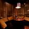 居心地の良いソファーの個室。丸いテーブルで会話も弾みます