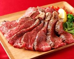 リブロースのローストビーフは、迫力の120g。厚切り牛タンのグリル、お肉料理をしっかり楽しめるプラン。