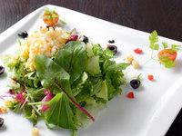 彩鮮やかな大人気のgii特製サラダ。2人~3人で取り分けてお召し上がりください。