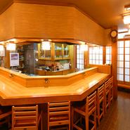 カウンター席は大人気のお席です。鮟鱇料理を極めた店主の包丁捌きを堪能できるカウンターへどうぞ。店主が心をこめておもてなしさせて頂きます。日本一のウマさだと店主が信じぬく北海道の鮟鱇をお楽しみください。