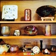 来場無料◆箸置プレゼント  お店を開いて47年。店主が今まで造った料理の器を披露する『うつわ展』を上記日程で開催します。 冷たいお茶とプレゼント用の箸置きをご用意しております。来場無料となりますので、お気軽にお越しください。