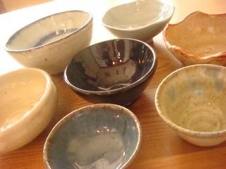 当店の料理は自作の器で提供させていただいております。