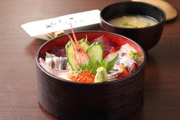ランチ限定、もりだくさんのネタが色鮮やかな『海鮮丼』