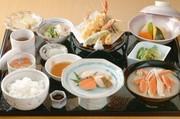 焼き魚2点、天麩羅盛り合わせ、サラダ、小鉢、ご飯、汁、香物※写真はイメージです。