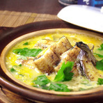 うなぎの白焼きを、朝採れの有精卵と特製のおだしで、贅沢に卵とじに仕上げた逸品です。