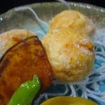 鮮度抜群な「芝海老」を贅沢にたっぷりと使用した魚魚一オリジナルの海老しんじょう揚げです。
