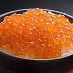 プチプチとしたイクラの食感と、濃厚なウニの甘みが口の中一杯に広がり、絶妙なハーモニーを醸し出します。