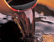 豊かな自然を伝統の技に託し、一年半から2年半の間たっぷり木桶で熟成させた昔ながらの天然醸造醤油です。