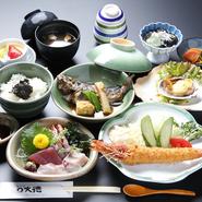 煮魚 大きな車えびのフライがついて、まさによくばりな定食です。