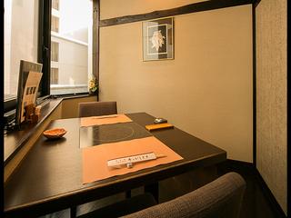 くつろぎの全卓個室、イス席と掘りごたつ席の2タイプのお部屋