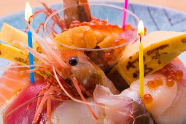 誕生日や記念日などに、サプライズ演出も楽しめる『寿司ケーキ』
