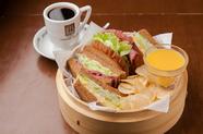せいろに入った黒糖パンの『サンドウィッチ』