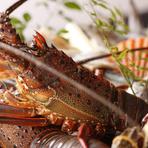 自ら目利きして仕入れた様々な旬の魚の他、伊勢海老や流れ子、サザエ、長太郎貝などの贅沢な品も豊富に楽しめる店。