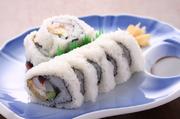 女将おすすめ まぐろ、いか、えび、きゅうり、たまごを入れて巻いた シャリが外になったお寿司です。