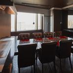 4名×4名の対面式のテーブル席に鉄板が隣接された個室。会話もしやすく、シェフのパフォーマンスもお楽しみ頂けるプライベートルームは顔合わせや結納などにピッタリです。