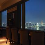 レインボーブリッジ越しに臨む東京タワー。東京に居ながらにして東京を一望する優越感。食後のデザートはより景色の近くに見えるデザート席へ。優しい甘さと至福の時間に酔いしれて…。