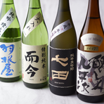 """今や国内外から注目の集まる日本酒。 ワイングラスで楽しむものから温めに燗をして美味しいものまでバラエティ豊かに揃えました。日本の酒から世界の""""SAKE""""へ。その上質な味わいをお楽しみください。"""