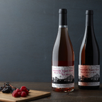 門前仲町にある深川ワイナリー様協力のもと、収穫、瓶詰め、コルク打栓、ラベルデザインなど、ワイン造りの全てのコンテンツにソムリエをはじめ当ホテルスタッフが携わり造り上げたオリジナルのプライベートワインです。  ・山梨矢野マスカットベリーA2018 ・山梨矢野マスカットベリーAロゼ2018  共通  グラス ¥1,200 ボトル ¥7,000(税金・サービス料 別)
