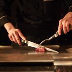 最高級の食材を、さらに美味しくお召し上がりいただくために必要な事は、お客様ひとりひとりの嗜好に合わせる事だと思っています。そのためは、焼き加減や味、さらには厚みや大きさにも気を配ります。