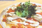 やわらかくジューシーな大きめの鶏もも肉、 一面にのった生トマトで食べ応え満点!