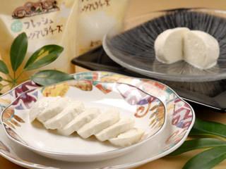旬の野菜と自家製モッツァレラ使用!おいしくて体に優しい牛乳