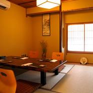 """祇園風情に包まれて京料理に舌鼓…。そんあ粋な宴を楽しめるのが""""祇園 京料理 花咲 """"四季が感じる座敷席からは、坪庭を眺めながら食事をして楽しむことも出来ます。"""