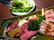 和牛ロース、カルビ、トントロ、豚カルビ、鳥ももの5種類に焼き野菜、おまけでキムチかサンチュが付きます