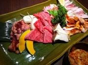 大トロカルビ、カルビ、トントロ、豚カルビ、鳥ももの5種類に焼き野菜おまけでキムチかサンチュがつきます