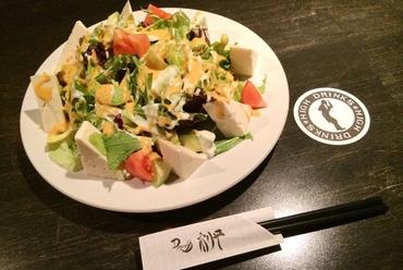ヘルシーさが人気の「アボカドと豆腐のサラダ」