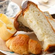 本場イタリア産の自然酵母「パテトーネ」で焼いた本格派の『パン』。日替わりで多彩な味が楽しめます。