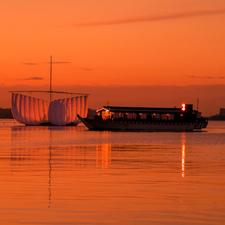 料亭の屋形船で優雅な船遊び