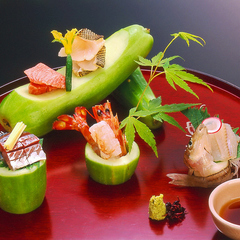 季節を味わう日本料理、月ごとに変わる旬の食材で彩る会席料理は全九品目、ご接待、お祝いの御席にどうぞ