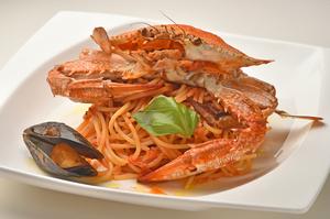 一匹丸ごと使った『ワタリガニとムール貝の地中海トマトパスタ』