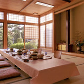 緑眺める開放的な個室空間で大切なお客様を御持て成しする。