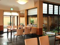 1階ホールのテーブル席