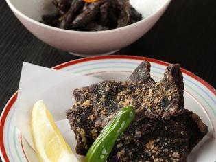 房州の郷土料理『鯨の竜田揚げ』※写真手前『鯨のしぐれ煮』※奥