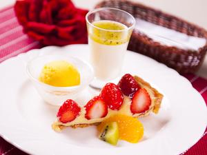 季節のフルーツを使った『デザート3種盛り合わせ』