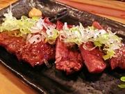 仙台の有名牛タン専門店と同じ、約1cmと厚みがあって柔らかいです!ジューシーな食感をお楽しみください!