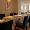 フランス料理店を思わせる、シックな空間
