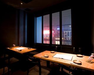 2F席は、那珂川の夜景も楽しめるテーブル席をご用意してます。