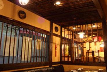 レトロな照明にアジア風な雰囲気が漂う店内