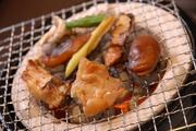 炭火焼きで、肉厚のフグの旨みを凝縮した一品。食欲をそそる香りが立ち上ります。