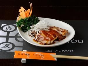 蒸し鶏を秘伝のタレに漬け込んだ前菜『醤油鶏』