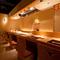 能舞台をイメージしたカウンター席では、料理人の技が見られます