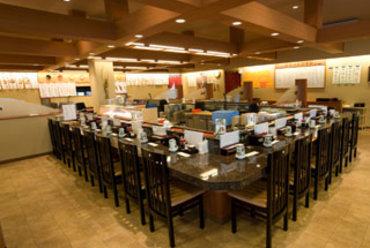 広い店内! ゆっくりと食事が楽しめるカウンター席