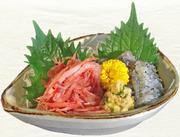 「ぬまづ名産あじ干物」の炊き込みご飯に、生しらす・桜海老・アジたたきがのった漁師風どんぶり。