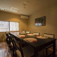 【蓮】の2階には4名席、8名席の2つの個室が用意されています。椅子席なので足を伸ばしてゆったりと、落ち着いた雰囲気の中で商談や接待ができると好評です(写真は8名席です)。
