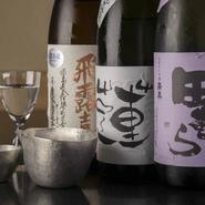 旬の野菜や魚に合う銘酒を全国から取り揃えています。利き酒のセットもあるので、気になるお酒を飲み比べることもできます。写真中央は酒米の田植えから酒造りに参加してできた【蓮】オリジナルラベルのお酒。