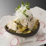 【蓮】オリジナルの土佐醤油と、静岡県産の本山葵を使用しています。山葵醤油にアボカドをからめました。添えられた刺身湯葉との食感も楽しんで下さい。