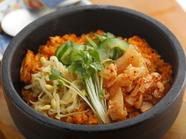 『石焼キムチ炒飯』など食事メニューも充実